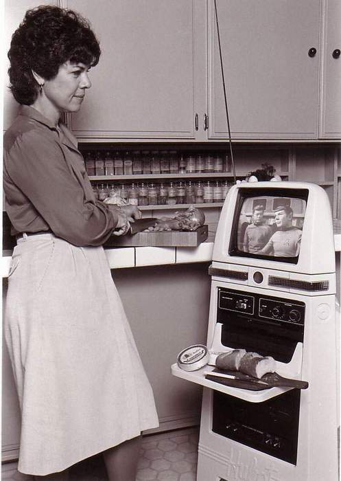 Mom and her robot maid in the kitchen via Vault of the Atomic Space Age on Facebook
